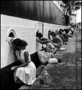 kiss-outside-of-ship